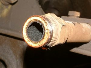 Oil deposits in pipework due to oil carryover